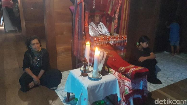 Warga Kabupaten Mamasa memiliki tradisi unik sebagai penghormatan kepada keluarga yang telah meninggal. Mereka menggelar Dipatokdang, tradisi ditandai dengan mengatur posisi jenazah keluarga yang baru saja meninggal, sehingga tampak sedang duduk.