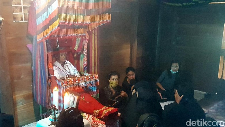 Warga di Mamasa memiliki tradisi unik sebagai bentuk penghormatan kepada keluarga yang telah meninggal. Tradisi itu dikenal dengan nama Dipatokdang. Penasaran?