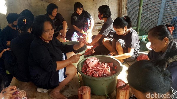 Diketahui, tradisi dipatokdang hanya dilakukan untuk warga yang dianggap sebagai keturunan bangsawan, dan memiliki ekonomi ini untuk memenuhi sejumlah persyaratan, diantaranya menyembelih sejumlah kerbau. Nah itu dia traveler, tradisi dipatokdang yang unik di Mamasa, Sulawesi Barat.