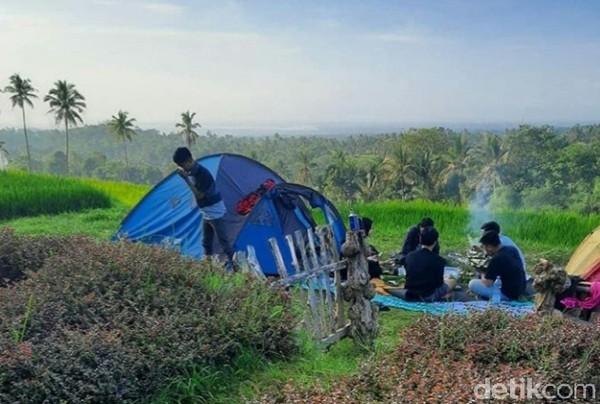 Bagi traveler yang ingin menghabiskan malam di Taman Langit, juga tersedia camping ground yang berada di tengah persawahan.