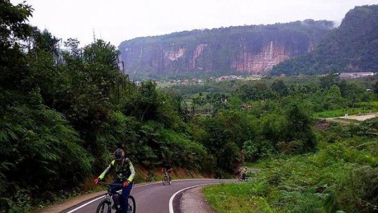 Bersepeda di antara dinding-dinding tebing cadas di Lembah Harau, Sumatera Barat, sungguh pengalaman yang amat memukau dan tak terlupakan.