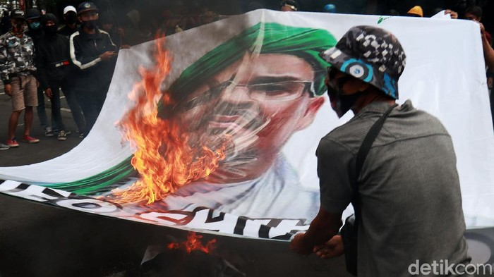 Sejumlah orang yang tergabung dalam Front Pembela Bangsa menggelar aksi di depan Gedung DPRD Jawa Barat untuk menolak kedatangan Habib Rizieq di Kota Bandung, Senin (23/11/2020). Dalam aksinya mereka membakar baliho dan spanduk bergambar Habib Rizieq.