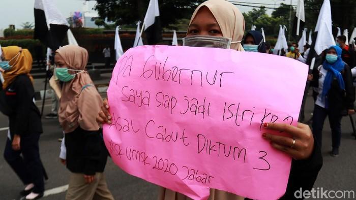 Federasi Serikat Pekerja Singaperbangsa (FSPS) menggelar aksi di Gedung Sate, Jalan Diponegoro, Kota Bandung, Jawa Barat, Senin (23/11/2020).
