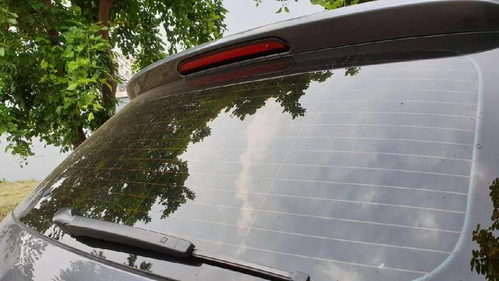 Garis Garis Di Kaca Belakang Mobil Ini Punya Fungsi Penting Saat Hujan