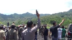 Demo Tambang Pasir di Lumajang Ricuh, Polisi Keluarkan Tembakan Peringatan