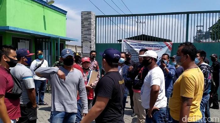 Puluhan warga Desa/Kecamatan Pungging, Kabupaten Mojokerto demo di depan pabrik karton PT Supracor Sejahtera. Massa menuntut kompensasi dan dipekerjakan karena pabrik tersebut berdiri di kampung mereka.