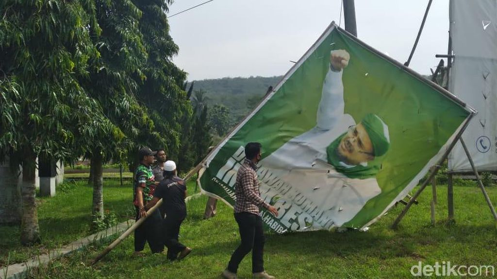 FPI Banjar Bongkar Baliho Habib Rizieq di Hadapan Tentara-Polisi