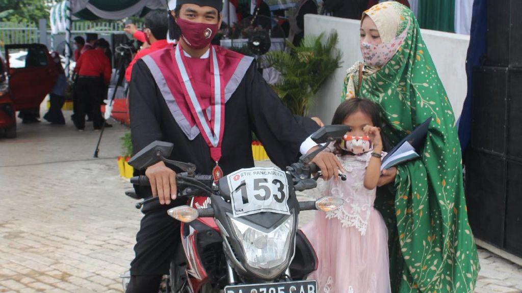 Guru Honorer di Kalsel Ini Ajak Anak-Istri Naik Motor Tempuh 300 Km Demi Wisuda