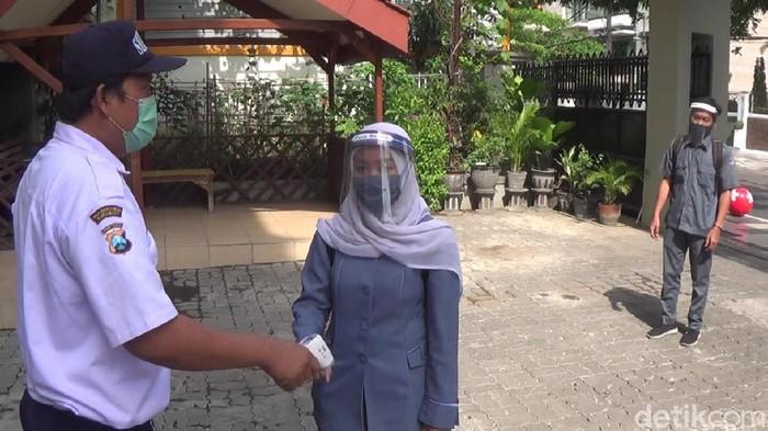 hari pertama guru di surabaya masuk sekolah tatap muka