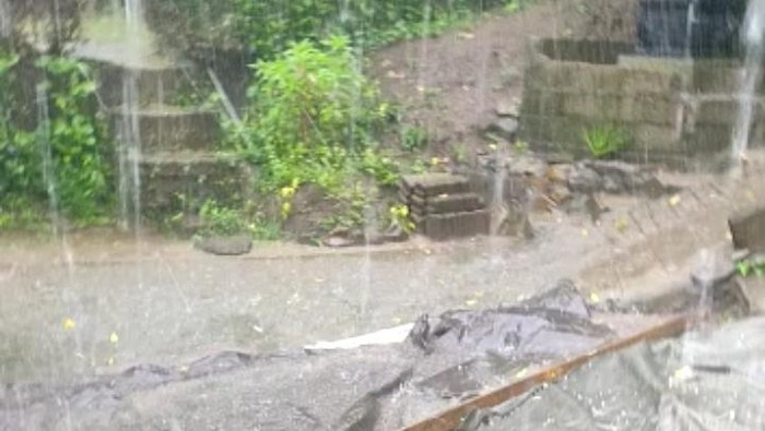 Hujan es di Buleleng.