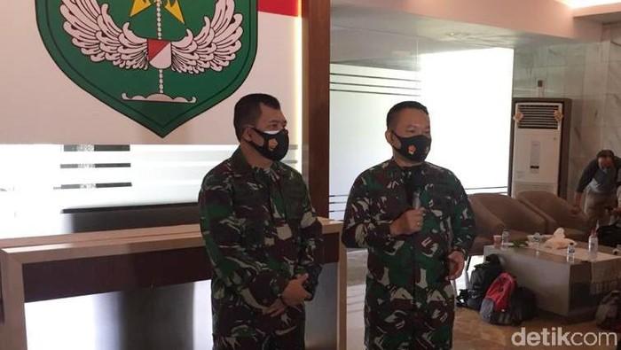 Kapuspen TNI Mayjen Achmad Riad menemui Pangdam Jaya Mayjen Dudung Abdurachman (Wilda/detikcom)