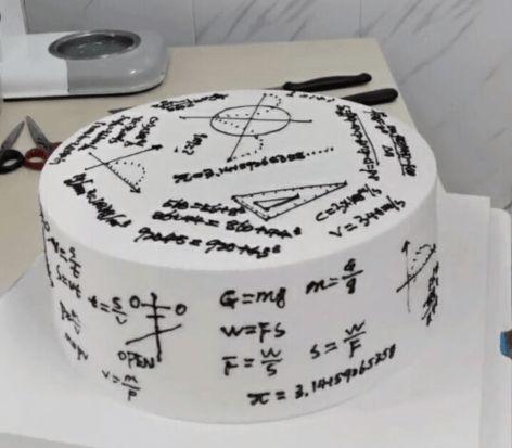 Bikin Pusing! Kue Ulang Tahun Ini Berdesain Rumus Matematika dan Fisika