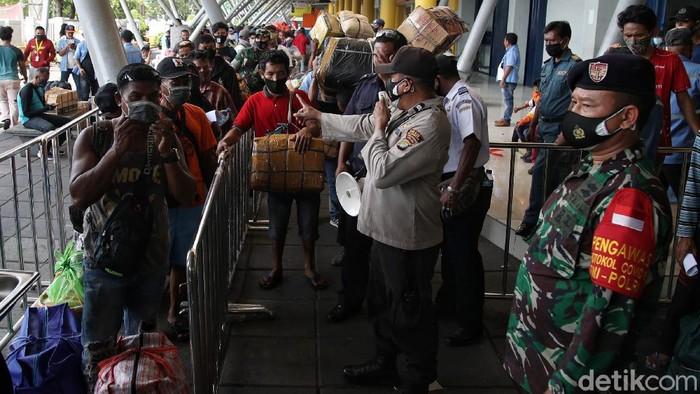Penumpang kapal melakukan pemeriksaan dokumen keberangkatan Kapal KM Dorolonda di kawasan Pelabuhan Tanjung Priok, Jakarta Utara, Minggu (15/11). PT Pelayaran Nasional Indonesia (Persero) - PT PELNI (Persero) optimis akan pertumbuhan jumlah penumpang yang berpergian dengan kapal penumpang hingga akhir tahun. Perusahaan memproyeksikan pada triwulan IV-2020, kapal dapat mengangkut hingga 343.472 pelanggan.