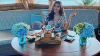Pose Seksi Selebgram Millen Cyrus saat Nongkrong di Kafe