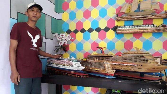 Pandemi Corona tak membuat Pradana Famila Sholikhin (28) goyah. Pria asal Gunungkidul ini berinovasi membuat miniatur kapal dari bambu.