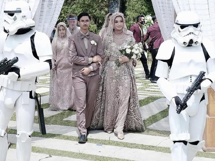 Kisah pasangan yang menikah dengan konsep unik, ada karakter Stroom Troper dari film Star War