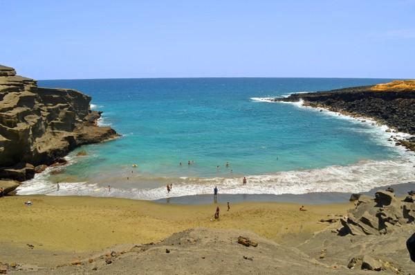 Pasir berwarna hijau merupakan campuran mineral olivine yang ada di lahar gunung berapi. (Getty Images/iStockphoto)