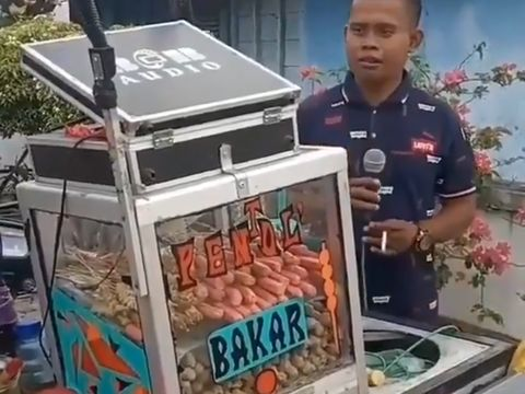 Penjual Pentol Mirip MC Nikahan, yang Beli Berasa Jadi Pengantin Jawa