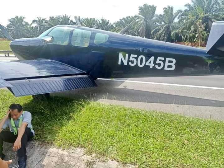 Pesawat Mendarat Darurat di Tol