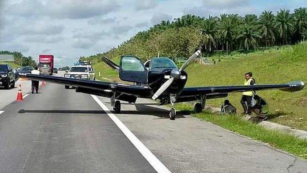 Waduh, Pesawat Ini Mendarat Darurat di Tol