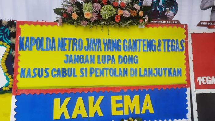 Polda Metro Jaya dibanjiri karangan bunga