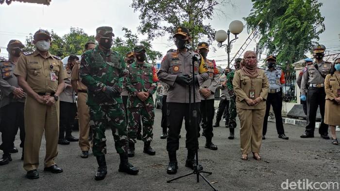 Polda Metro Jaya menggelar rapid test gratis di GOR Tebet sebagai upaya tracing setelah 50 orang yang mengikuti acara Maulid Nabi di Tebet positif Corona (Taufieq Renaldi/detikcom)