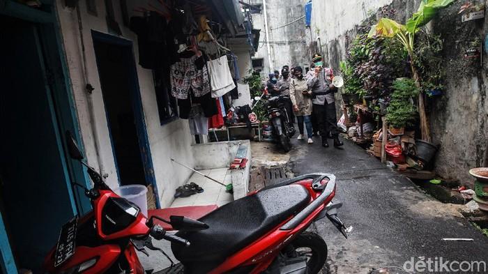 Polisi kembali melakukan penyemprotan disinfektan di wilayah Petamburan, Jakarta Pusat, Senin (23/11/2020). Penyemprotan dilakukan setelah muncul klaster Petamburan pasca serangkaian acara Habib Rizieq Syihab.