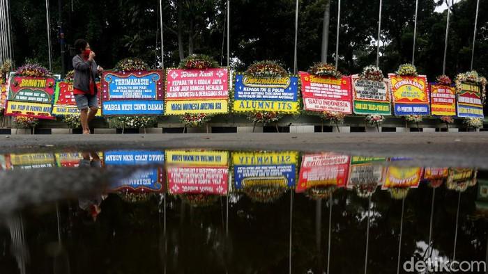 Puluhan karangan bunga terlihat membanjiri Markas Kodam Jaya, Jakarta Timur. Karangan bunga itu merupakan pesan dukungan TNI untuk menjaga persatuan.