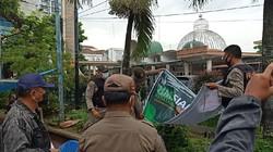 Satpol PP Copot Spanduk HMI Siap Kawal Kedatangan Habib Rizieq di Medan