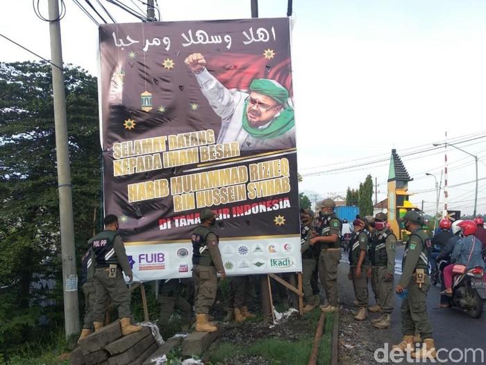 Satpol PP Turunkan Baliho Habib Rizieq di Pasuruan