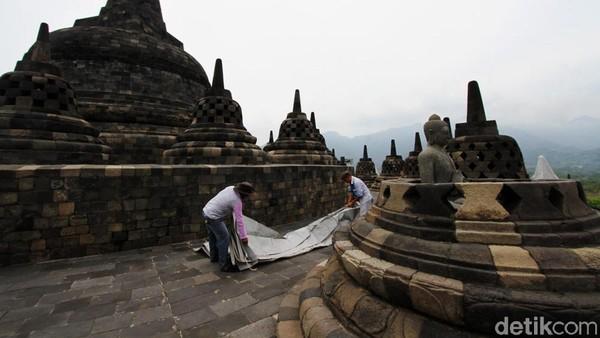 Penutupan stupa ini untuk mengantisipasi erupsi gunung Merapi.