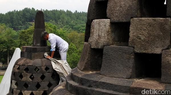 Penutupan stupa menggunakan terpal khusus.