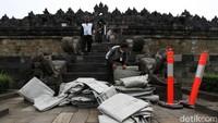 Petugas menyiapkan terpal yang akan digunakan untuk menutupi stupa Borobudur.