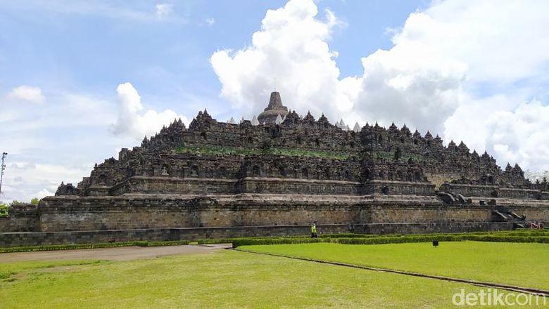 56 stupa Candi Borobudur ditutupi terpaulin
