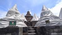Candi Borobudur yang berada di lantai 8 dan 9 sudah tertutupi terpaulin. Di lantai 8 ada 32 stupa dan di lantai 9 ada 24 stupa candi.