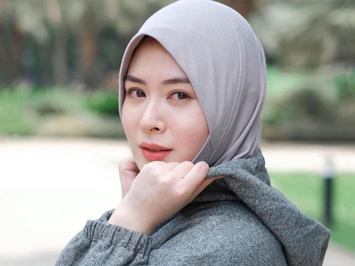 Ayana memakai hijab kolaborasi pertamanya