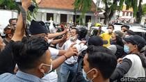 Ricuh Aksi Damai Tolak FPI di Surabaya Gegara Pencopotan Spanduk