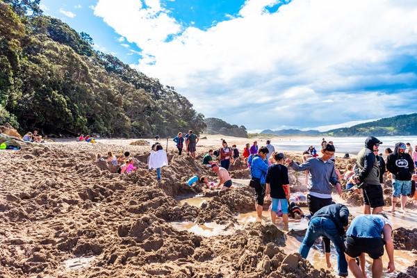 Pantai ini selalu ramai wisatawan yang ingin berendam gratis. (Getty Images/iStockphoto)