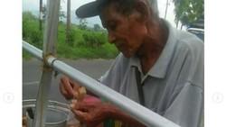 Kakek 90 Tahun Penjual Pentol Ini Mengayuh Sepeda Usang Demi Cari Pembeli