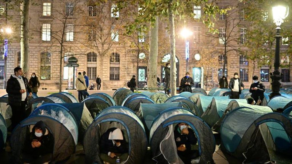 Polisi Prancis Pakai Gas Air Mata untuk Bubarkan Kamp Imigran di Paris