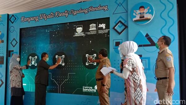 Kampung wiwata kreatif Cigadung baru saja diresmikan Walikota Bandung Oded M Danial. (Wisma Putra/detikcom)