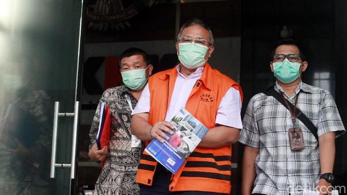 Wali Kota nonaktif Tasikmalaya, Budi Budiman, terjerat kasus suap. Berkas penyidikannya pun dinyatakan lengkap dan siap dilimpahkan ke jaksa penuntut.