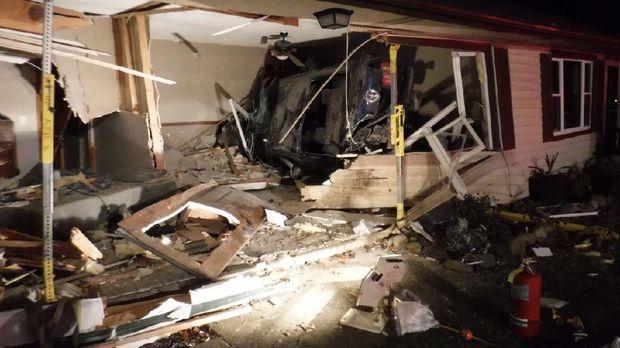 Kecelakaan Ford Mustang Tabrak Rumah