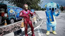 Kehilangan Pekerjaan, Pria Ini Jualan Jus Pakai Kostum Iron Man