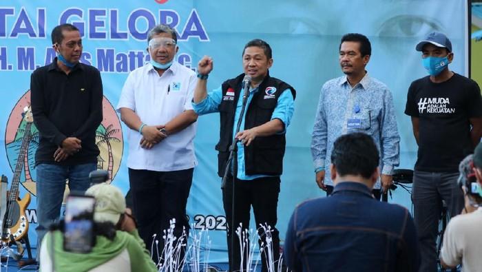 Ketum Partai Gelora Indonesia Anis Matta meresmikan pembukaan atau soft opening Pantai Gelora, Meno, Sumbawa, NTB (Dok. Partai Gelora).