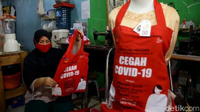 Mengandalkan tas bansos Presiden, Siti Zahro mengumpulkan pundi-pundi rupiah. Tas bansos COVID-19 itu ia rombak menjadi celemek masak bernilai ekonomis lho.