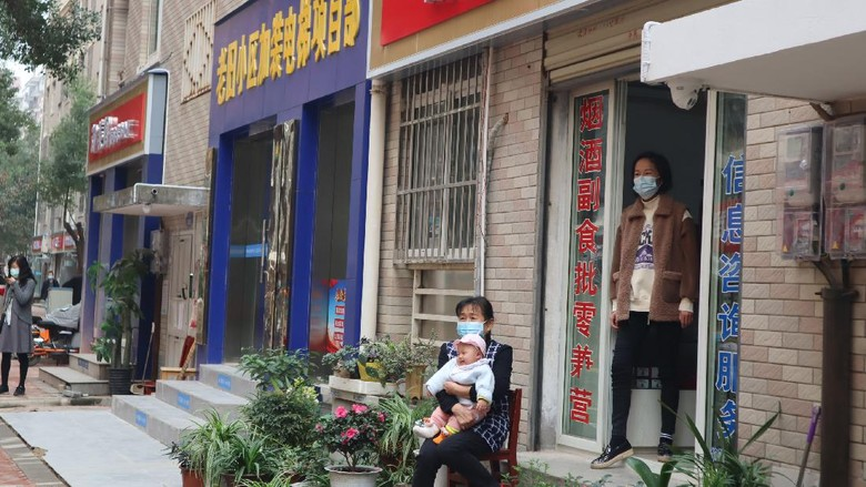 Warga kompleks permukiman Tonghu bersantai di depan lokasi usahanya di Kota Wuhan, Provinsi Hubei, China, Jumat (20/11/2020). Selama karantina wilayah Wuhan pada 23 Januari-8 April 2020 lalu terdapat 32 warga yang positif COVID-19 di permukiman yang dihuni 12.765 jiwa itu dan tidak ada satu pun yang meninggal dunia. ANTARA FOTO/M. Irfan Ilmie/wsj.