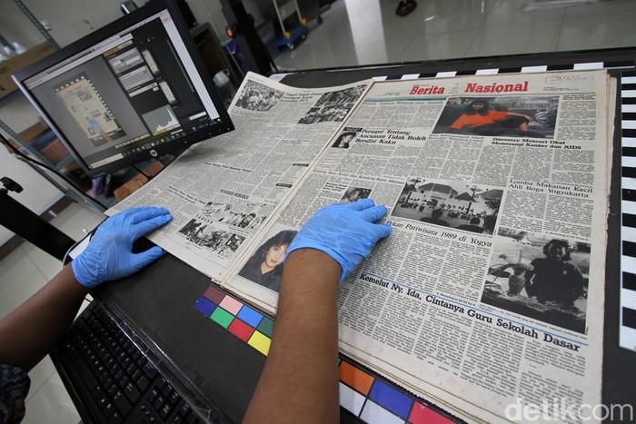 Pekerja memotret kertas koran dari tahun 50an hingga 2000 awal untuk dialih digitalkan di Monumen Pers, Solo, Jawa Tengah, Selasa (24/11). Setiap harinya mereka mampu mneyelesaikan sekitar 80 koran cetak atau sekitar 700 an lembar untuk digunakan sebagai dokumentasi alih media serta edukasi.