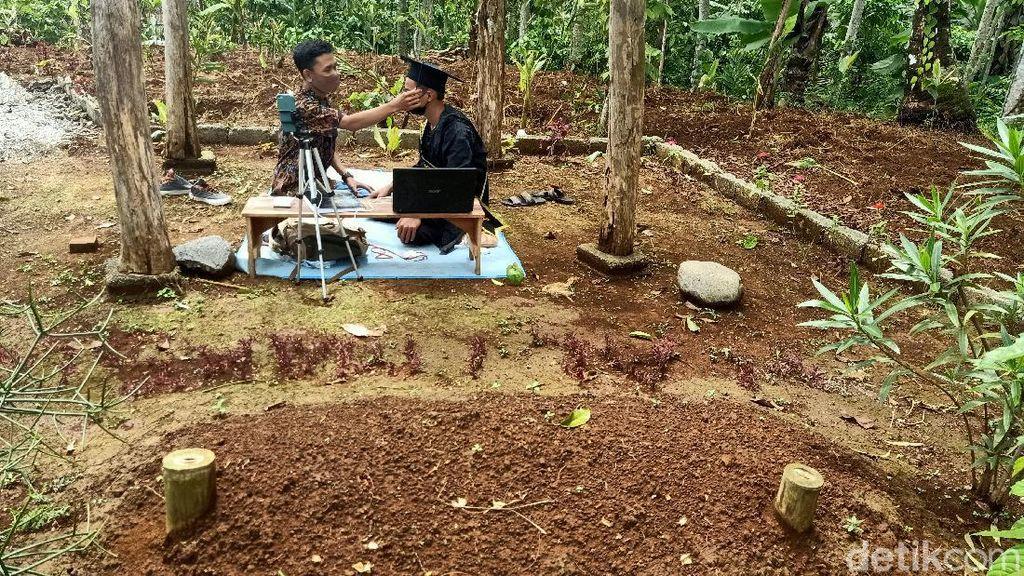 Bangga dan Sedihnya Ibu Mahasiswa IAIN Purwokerto yang Wisuda di Makam Ayah