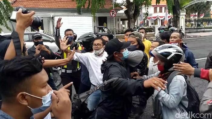 Aksi damai tolak FPI di Surabaya berujung ricuh. Kericuhan terjadi setelah sejumlah spanduk yang dibawa massa pedemo diturunkan oleh sejumlah orang tak dikenal.